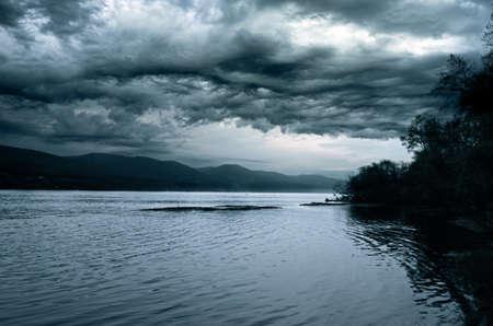 Stormachtige hemel over de nacht rivier.