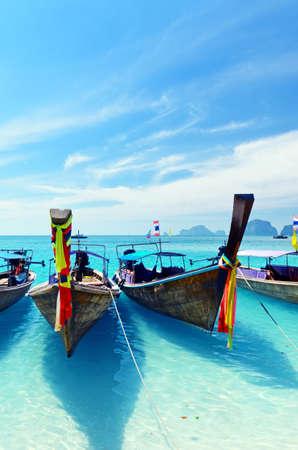 明確な水と青い空。クラビー県、タイ。