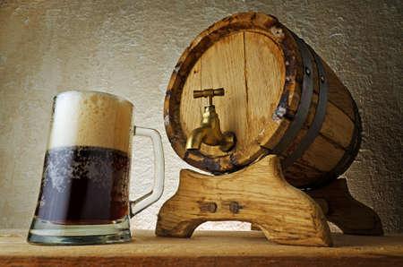 Donker bier op de tafel.