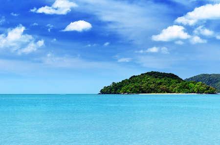 Blauwe lucht en helder water bij Langkawi Beach, Maleisië.