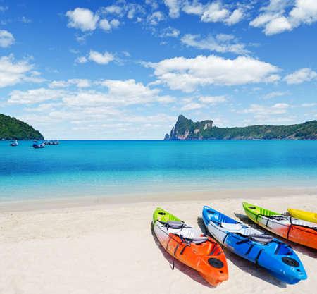 熱帯のビーチ上にカラフルなカヤック。 写真素材