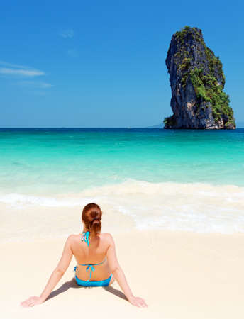 Young woman on the tropical beach. Imagens