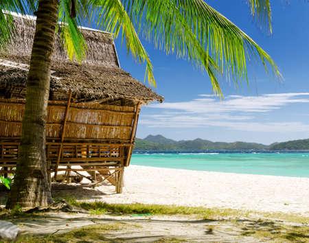 열 대 해변에서 대나무 오두막.