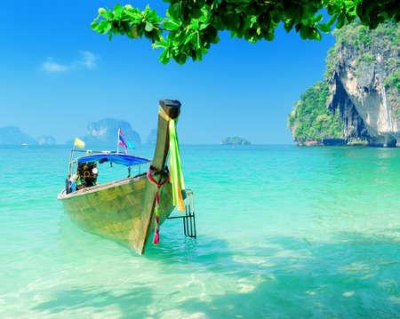 krabi: Acqua limpida e cielo blu. Provincia di Krabi, Thailandia.