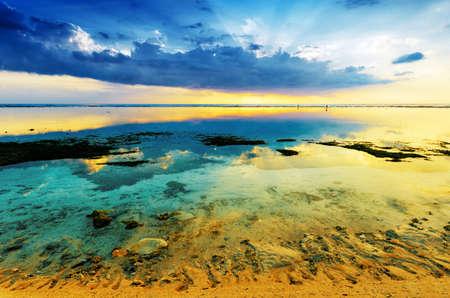 Tramonto tropicale con la bassa marea. Gili Travangan isola, Lombok, in Indonesia.