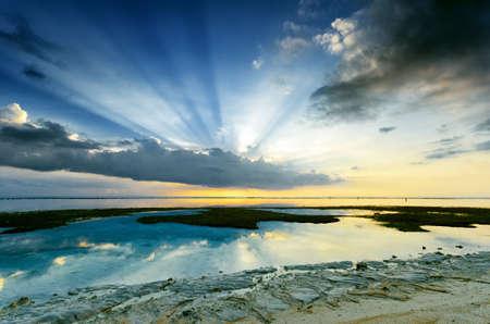 Puesta del sol tropical con la marea baja. Gili Travangan isla, Lombok, Indonesia.