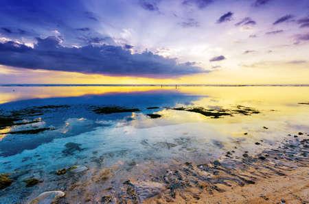 干潮時の熱帯の夕日。ギリ ・ Travangan 島、ロンボク、インドネシア。 写真素材