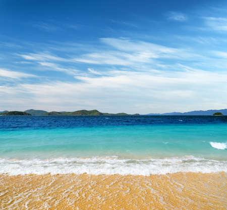 cielo despejado: Playa de arena blanca y el cielo azul. Coron, Isla Busuanga, provincia de Palawan, Filipinas.