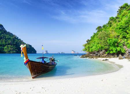 L'eau claire et ciel bleu plage dans la province de Krabi, Thaïlande