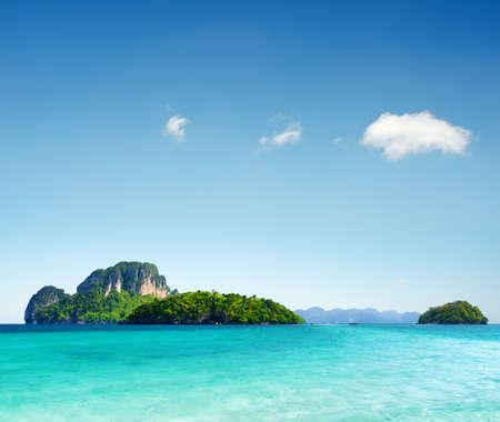 cielo despejado: Agua clara y cielo azul en la playa de la provincia de Krabi, Tailandia