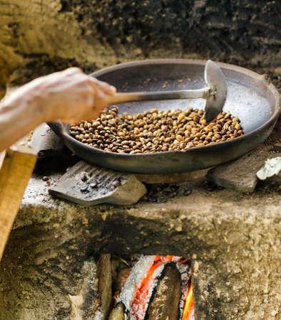 cafe colombiano: Los granos de café son tostar en una sartén. Las técnicas tradicionales.