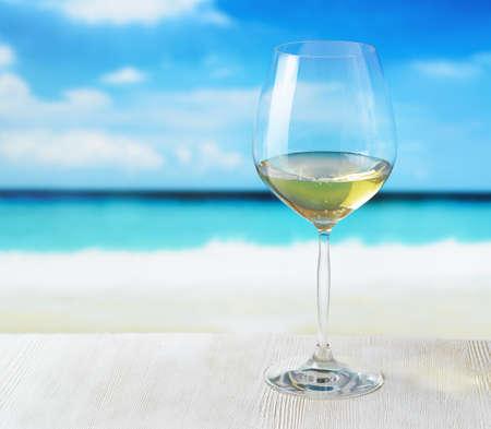 以海滩为背景的一杯葡萄酒