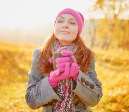 temporada: Mujer joven disfrutar de la temporada de otoño. Otoño retrato al aire libre.