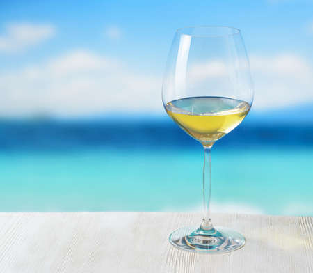 在海滩上喝杯酒。