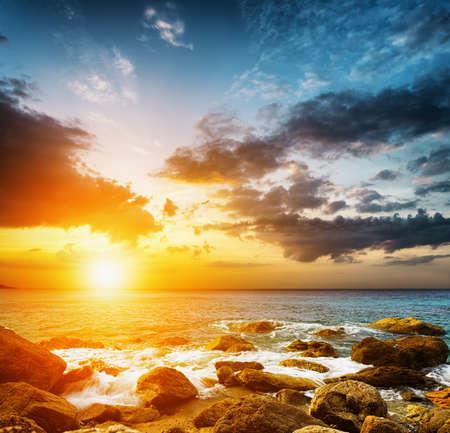 Amazing obloha nad mořem. Západ slunce krajiny.