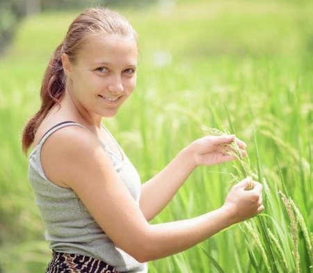 Mujer joven en el campo de arroz Foto de archivo - 25686508