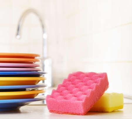 dishwashing: Varios platos y un concepto Lavavajillas esponja de cocina Foto de archivo