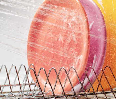 dishwashing: Platos bajo chorros de agua. Lavar platos y las tareas dom�sticas. Foto de archivo