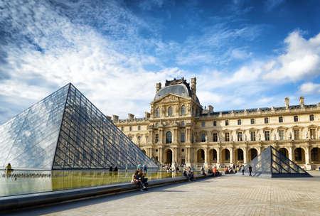 piramide humana: PARIS, FRANCIA - 13 de agosto 2014: La vista del Passage Richelieu y la Pirámide del Louvre. La pirámide sirve como la entrada principal del Museo del Louvre en París. París es uno de los destinos turísticos más populares de Europa.
