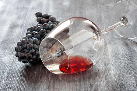 copa de vino: Copa de vino con la uva en mesa de madera.