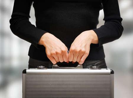 caja fuerte: Mujer de negocios con un malet�n de aluminio y la preparaci�n para las negociaciones y acuerdos importantes. El dinero y documentos en las manos seguras de oficinista. Foto de archivo