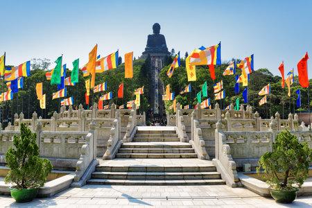 bouddha: Vue de Bouddha Tian Tan (Big Buddha) sur le fond de ciel bleu. Grande statue en bronze d'un Amoghasiddhi Bouddha à l'île de Lantau, à Hong Kong. Hong Kong est une destination touristique populaire de l'Asie. Éditoriale