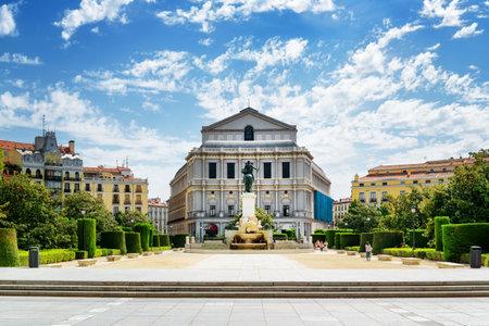 Prachtig uitzicht op de Royal Theater (Teatro Real) van de Plaza de Oriente op de blauwe hemel achtergrond met witte wolken in Madrid, Spanje. Madrid is een populaire toeristische bestemming van Europa. Redactioneel