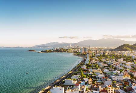 ニャチャンと午後のベトナムのカインホア省に青い空を背景に、南シナ海のニャチャン湾の美しい景色。ニャチャンは、アジアの人気の観光地です 写真素材