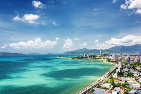 Mooi uitzicht op Nha Trang en Nha Trang Bay van de Zuid-Chinese Zee met magische kleuren van water op de blauwe hemelachtergrond in de provincie Khanh Hoa, Vietnam. Nha Trang is een populaire toeristische bestemming van Azië. Stockfoto