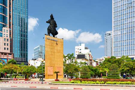 The landscape of Saigon: Tượng Trần Hưng Đạo ở Mê Linh Square của thành phố Hồ Chí Minh tại Việt Nam. Tượng đài của nhà lãnh đạo quân sự trên nền trời xanh. Hồ Chí Minh là một điểm đến du lịch nổi tiếng của châu Á.