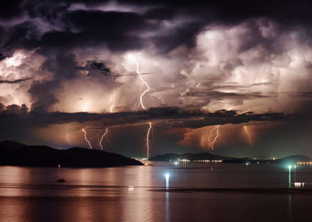 rayo electrico: Hermosa vista del cielo tormentoso dramática y rayo sobre bahía de Nha Trang del Mar Meridional de China en la provincia de Khanh Hoa en la noche en Vietnam. La ciudad de Nha Trang es un popular destino turístico de Asia.