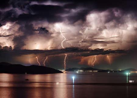 Schöne Aussicht auf dramatische stürmischen Himmel und Blitz über Nha Trang Bucht von Südchinesische Meer in der Provinz Khanh Hoa in der Nacht in Vietnam. Nha Trang Stadt ist ein beliebtes Touristenziel Asiens.