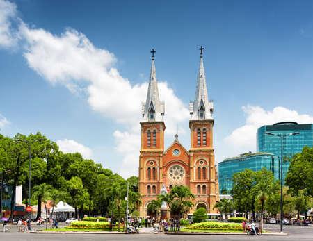 religion catolica: Saigon Notre Dame Catedral Bas�lica (Bas�lica de Nuestra Se�ora de la Inmaculada Concepci�n) sobre fondo de cielo azul en la ciudad de Ho Chi Minh, Vietnam. Ho Chi Minh es un popular destino tur�stico de Asia. Foto de archivo