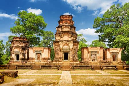 templo: templo prasat Kravan es Khmer monumento en el antiguo complejo de templos de Angkor Wat en día soleado en Siem Reap, Camboya. Bosques y cielo azul en el fondo. Angkor Wat es una atracción turística popular.