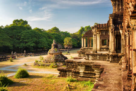 불교 Stupa 고 대 사원의 열을 가진 외부 복도 복잡 한 앙코르 와트 심 Reap, 캄보디아. 푸른 하늘과 숲 백그라운드에서. 신비한 앙코르 와트는 인기있는