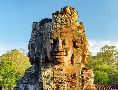 templo: Enigm�tico cara torre del antiguo templo de Bayon en sol de la tarde. Misterioso templo Bayon ubicado entre la selva tropical en Angkor Thom, Siem Reap, Camboya. Incre�ble Angkor Thom es una atracci�n tur�stica popular. Foto de archivo