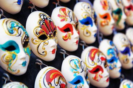 antifaz: VENECIA, Italia - 24 de agosto 2014: máscaras completas venecianas auténticas y originales para el Carnaval en tienda de la calle de Venecia, Italia. Venecia es un popular destino turístico de Europa.