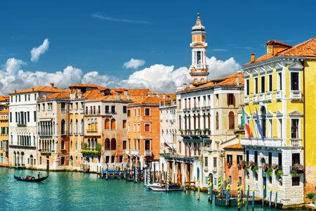 medieval: Hermosa vista del Gran Canal con la góndola y coloridas fachadas de antiguas casas medievales del puente de Rialto en Venecia, Italia. Venecia es un popular destino turístico de Europa.