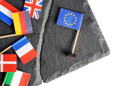 derrumbe: Concepto político con banderas de la Unión Europea (UE). Banderas de los países europeos separados por la grieta de la bandera de la Unión Europea. Foto de archivo