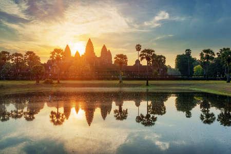 古代の塔寺複雑なアンコール ワットの日の出。シェムリ アップ、カンボジア。寺山と太陽は夜明けに湖に反映。神秘的なアンコール ワットは、人