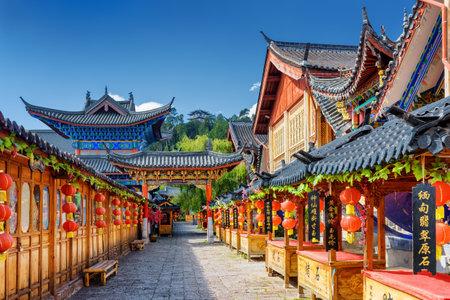 麗江、雲南省、中国 - 2015 年 10 月 23 日: 古代通りは麗江旧市街地における伝統的な中国の赤いランタンで飾られました。麗江は、アジアの人気の観