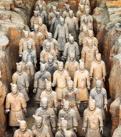 XI'AN, Provinz Shaanxi, CHINA - 28. Oktober 2015: Terrakotta-Infanteristen der berühmten Terrakotta-Armee im Inneren des Qin Shi Huang Mausoleum des ersten Kaisers von China.