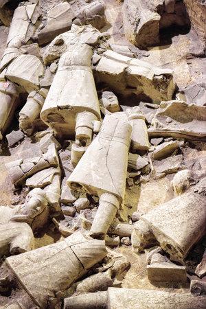 XI'AN, Provinz Shaanxi, CHINA - 28. Oktober 2015: Reste von Terrakotta-Soldaten der berühmten Terrakotta-Armee in Baugrube, die Qin Shi Huang Mausoleum des ersten Kaisers von China. Editorial