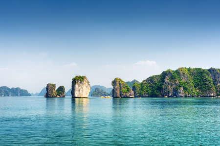 cielo y mar: agua azul de la bahía de Ha Long en el Golfo de Tonkin del Mar del Sur de China, Vietnam. Vista panorámica de la laguna azul y Karst torres-islas. La bahía de Halong es un popular destino turístico de Asia.