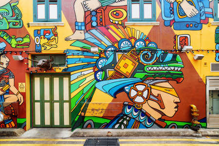 Singapur - el 19 de febrero de 2017: Muro pintado decorativo colorido asombroso en el carril de Haji. Arte callejero de un artista desconocido en el barrio musulmán (barrio árabe) en el Kampong Glam. Graffiti en Singapur.