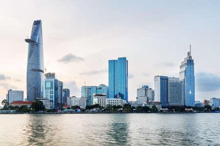 ホーチミン市のスカイラインとベトナムでサイゴン川。超高層ビル、ダウンタウンの他の現代的な建物の素晴らしい夕景。美しい街並み。