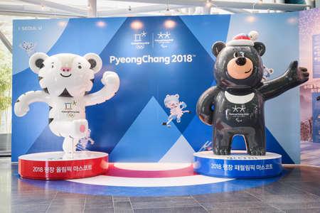 Seoul, Zuid-Korea - 12 oktober 2017: Mascottes van de XXIII Olympische Winterspelen. Witte tijger Soohorang en zwarte beer Bandabi zijn symbolen van de Olympische Winterspelen van 2018 en Paralympics in PyeongChang. Redactioneel