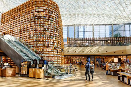 Seoul, South Korea - October 14, 2017: Amazing view of huge bookshelves and shelves with magazines in Starfield Library. The library is a popular destination among tourists and citizens of Seoul. Éditoriale