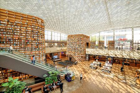Seoul, Zuid-Korea - 14 oktober 2017: Weergave van enorme boekenkasten in het leesveld van de Starfield-bibliotheek. De openbare bibliotheek is een populaire bestemming onder toeristen en inwoners van Seoul.