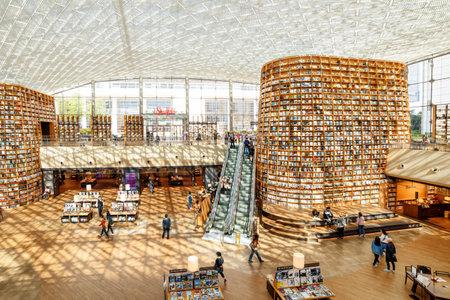 ソウル、韓国 - 10月14、2017:江南区のスターフィールド図書館の主な眺め。公共図書館はソウルの観光客や市民の間で人気の目的地です。